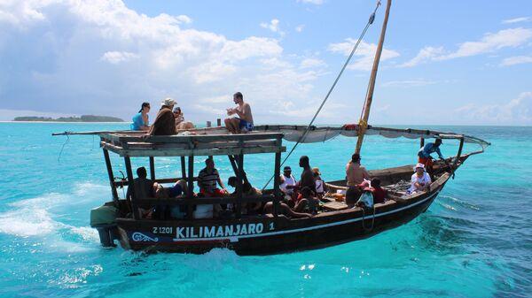 Туристы катаются на лодке в Занзибаре