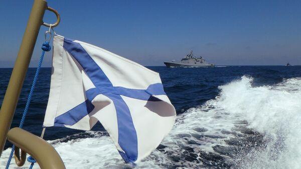 Фрегат Адмирал Макаров участвует в параде в День ВМФ РФ на рейде сирийского порта Тартус