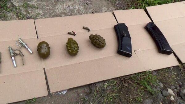 Автомат АКС-74У, три снаряженных магазина, две гранаты Ф-l и одна ручная дистанционная, обнаруженные на месте ликвидации террориста сотрудниками правоохранительных органов