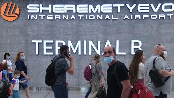 Пассажиры в терминале D аэропорта Шереметьево