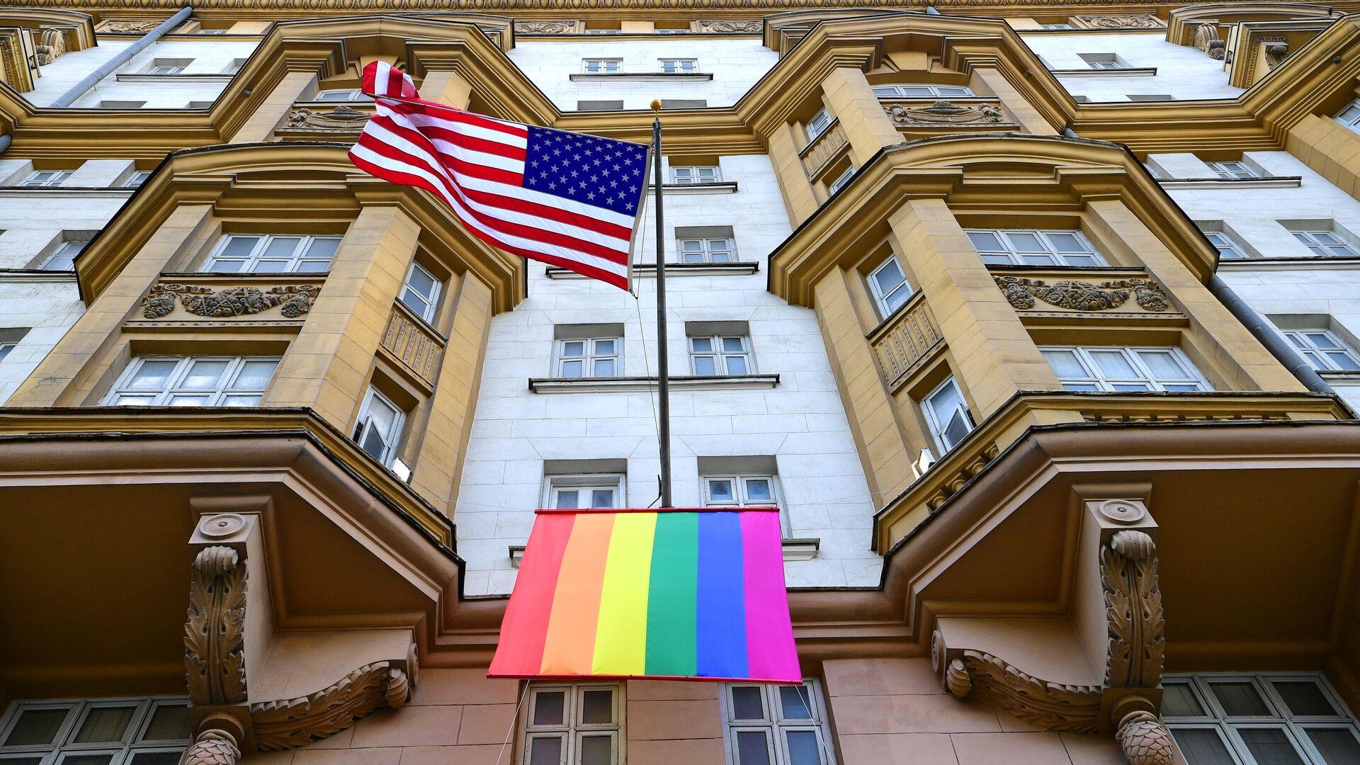 Флаг ЛГБТ-сообщества на здании посольства США в Москве - РИА Новости, 1920, 12.09.2021