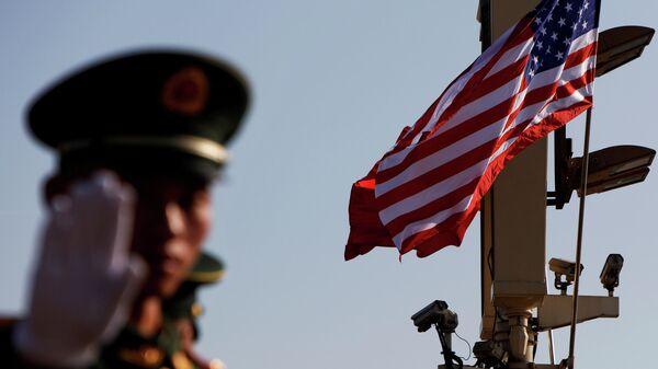 Военный жестикулирует недалеко от Запретного города в Пекине