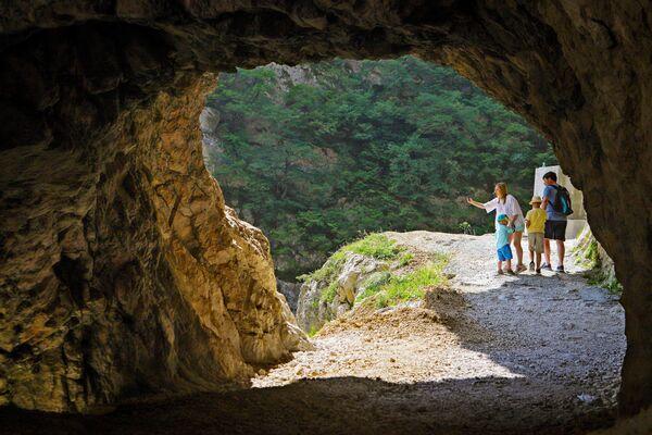 Туристы в Черекском ущелье в Кабардино-Балкарии