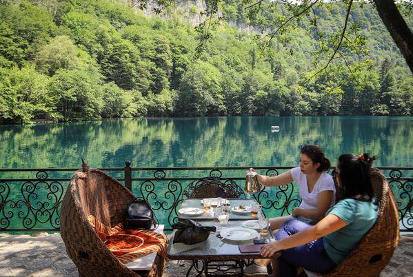 Отдыхающие около Нижнего Голубого озера в Кабардино-Балкарии