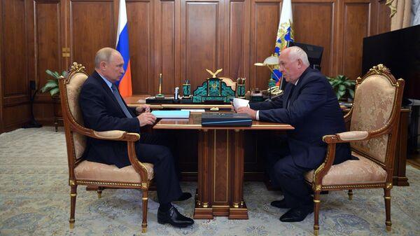 Президент РФ Владимир Путин и генеральный директор государственной корпорации Ростех Сергей Чемезов