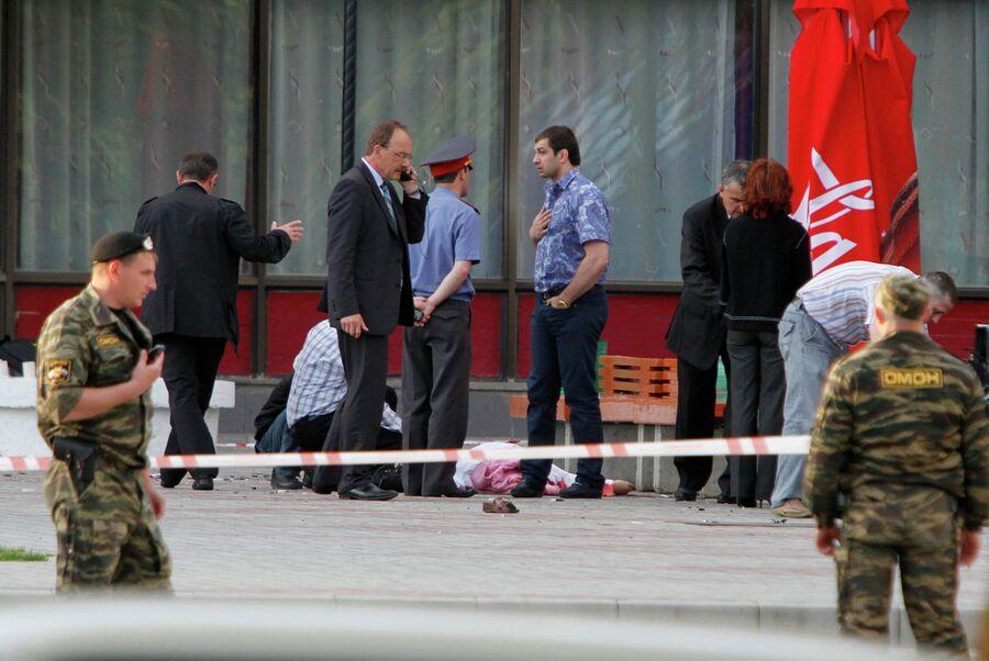 Сотрудники правоохранительных органов на месте происшествия, где произошел взрыв. Взрывное устройство сработало 26 мая 2010 года в центре Ставрополя на улице Ленина