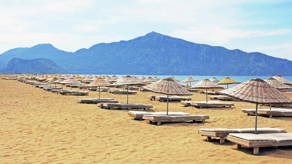 Шезлонги на знаменитом пляже Изтузу в Турции
