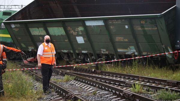 Грузовой вагон, сошедший с рельсов после столкновения двух электровозов на станции Купчинская во Фрунзенском районе Санкт-Петербурга