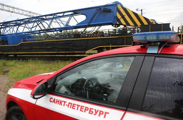 Автомобиль пожарной службы на месте столкновения электровозов грузовых составов на станции Купчинская во Фрунзенском районе Санкт-Петербурга