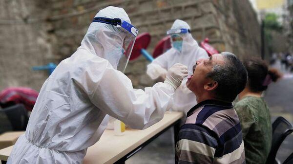 Тест на коронавирус в китайском Урумчи