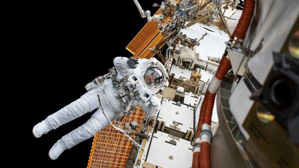Астронавт НАСА Крис Кэссиди во время планового выхода в открытый космос для модернизации системы электропитания станции