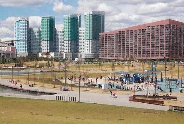 Отдыхающие в парке Ходынское поле в Москве