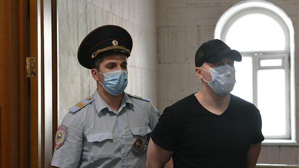 Бывший полицейский Роман Феофанов, обвиняемый в превышении полномочий и фальсификации доказательств в отношении журналиста Ивана Голунова, в суде