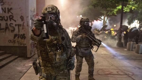 Сотрудники федеральных правоохранительных органов во время столкновений с протестующими из движения Black Lives Matter в американском Портленде