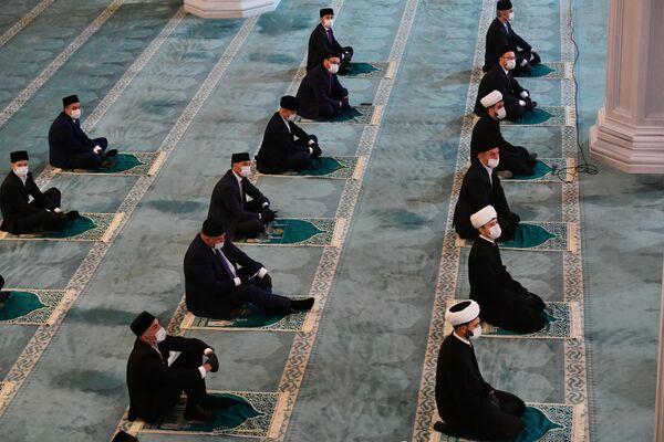 Верующие на богослужении в честь праздника Курбан-байрам в Московской соборной мечети