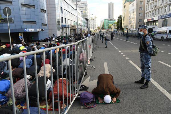 Верующие на богослужении в честь праздника Курбан-байрам возле Московской соборной мечети