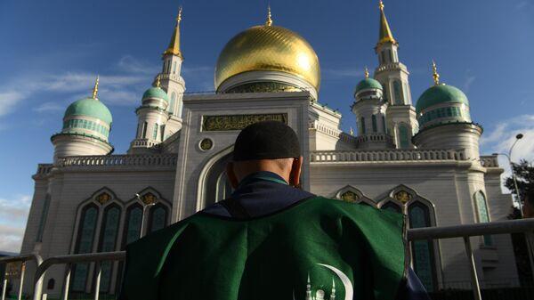 Волонтер возле Московской соборной мечети во время богослужения в честь праздника Курбан-байрам