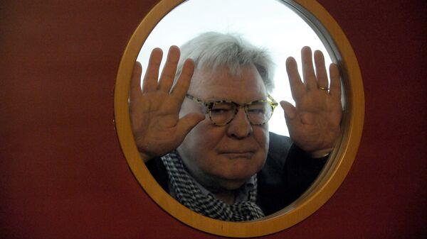 Британский кинорежиссер Алан Паркер позирует фотографам после пресс-конференции Пражском международном кинофестивале