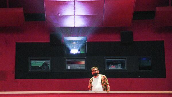 Зритель в зале перед показом фильма в кинотеатре Каро 11 Октябрь в Москве