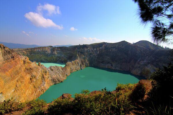 Вулкан Келимуту с тремя кратерными озерами в Индонезии