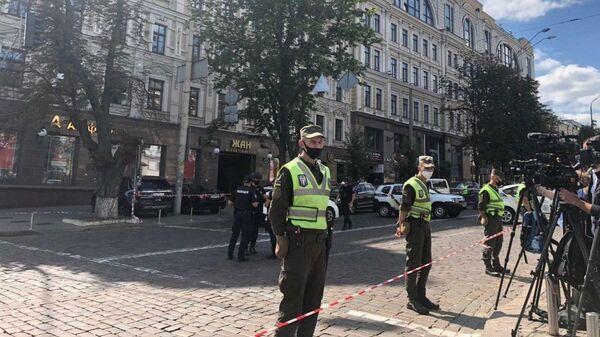 Сотрудники правоохранительных органов Украины возле бизнес-центре Леонардо в Киеве