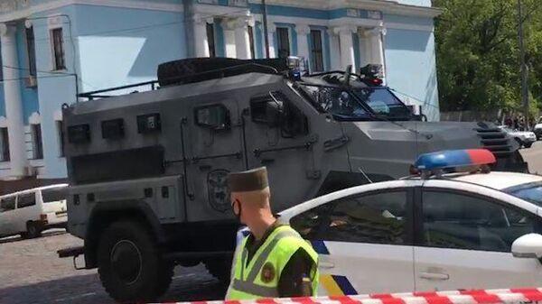 Бронетехника на спецоперации у киевского банка