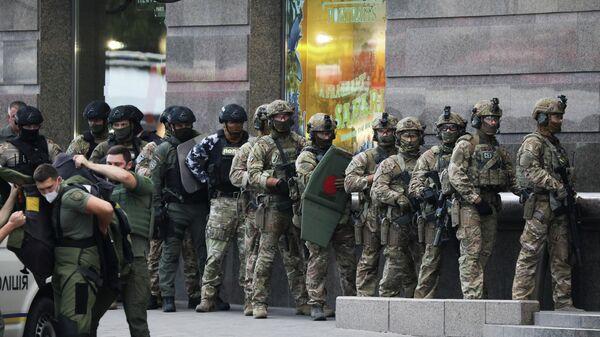 Сотрудники СБУ  Украины возле бизнес-центре Леонардо в Киеве