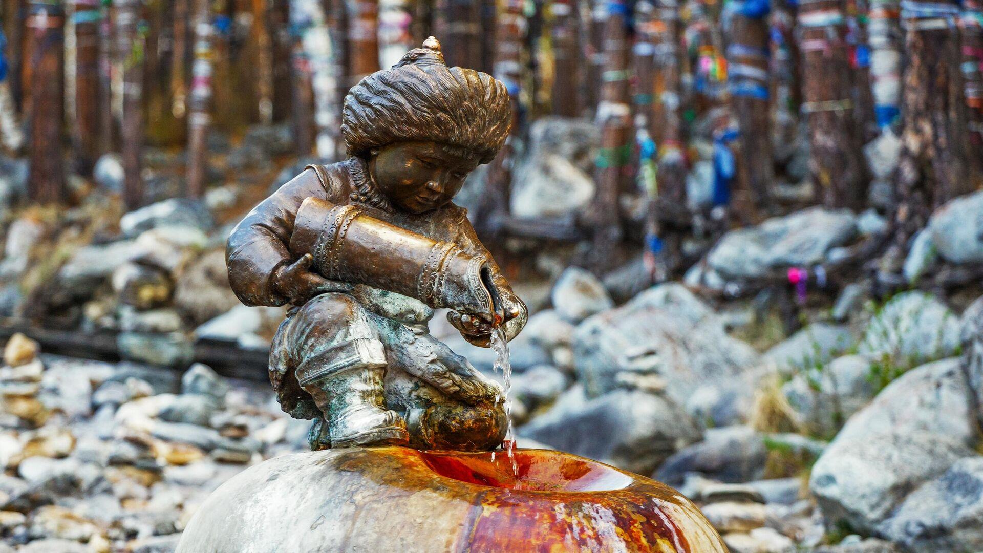 Бронзовая скульптура мальчика с кувшином, из которого льется целебная вода в Тункинском районе республики Бурятия - РИА Новости, 1920, 06.08.2020