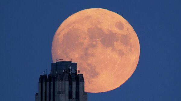 Полная луна в Канзас-Сити, штат Миссури, США