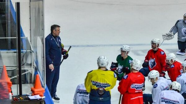 Тренер Борис Миронов с хоккеистами Нефтехимика