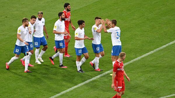 Игроки ФК Сочи (в центре)