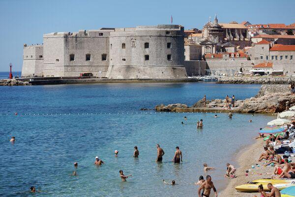 Отдыхающие на пляже Банье в Дубровнике, Хорватия