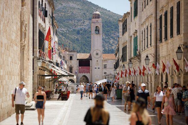 Туристы на улице Страдун в Дубровнике, Хорватия