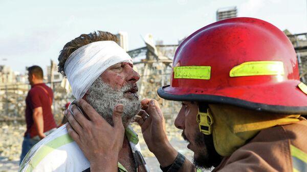 Осмотр пострадавшего после взрыва в Бейруте