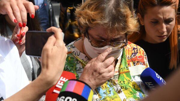 Гражданская жена погибшего Сергея Захарова Ирина Стерхова у здания Пресненского суда Москвы