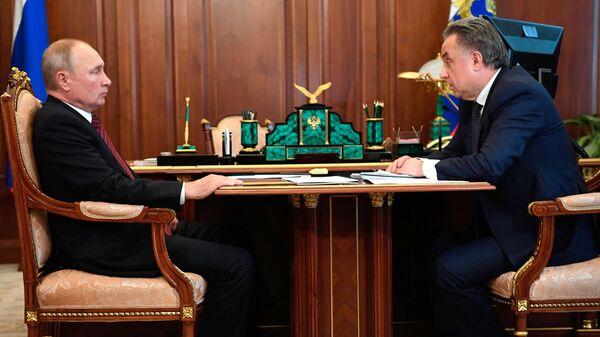 Президент РФ Владимир Путин и генеральный директор АО ДОМ.РФ Виталий Мутко во время встречи