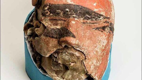 Глиняная маска на лице таштыкской мумии мужчины, найденной в Хакасии