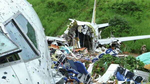 Пассажирский самолет развалился при заходе на посадку в индийском городе Кежикод, штат Керала