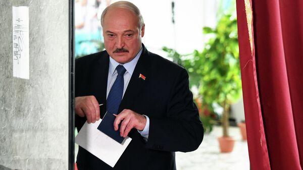 Президент Белоруссии Александр Лукашенко на избирательном участке во время президентских выборов в Минске