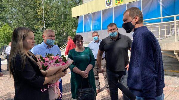 Врио губернатора Хабаровского края Михаил Дегтярев на встрече с новобрачными из поселка Чегдомын, под которыми обрушился мост