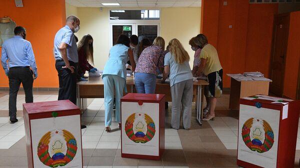 Члены участковой избирательной комиссии во время подсчета голосов на избирательном участке в Минске в единый день голосования в Белоруссии