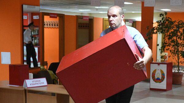 Член участковой избирательной комиссии во время подсчета голосов на избирательном участке в Минске в единый день голосования в Белоруссии