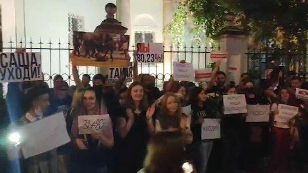 Акция у белорусского посольства в Москве