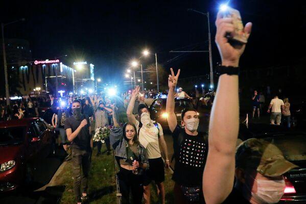 Люди во время массовой акции протеста после президентских выборов в Минске, Беларусь