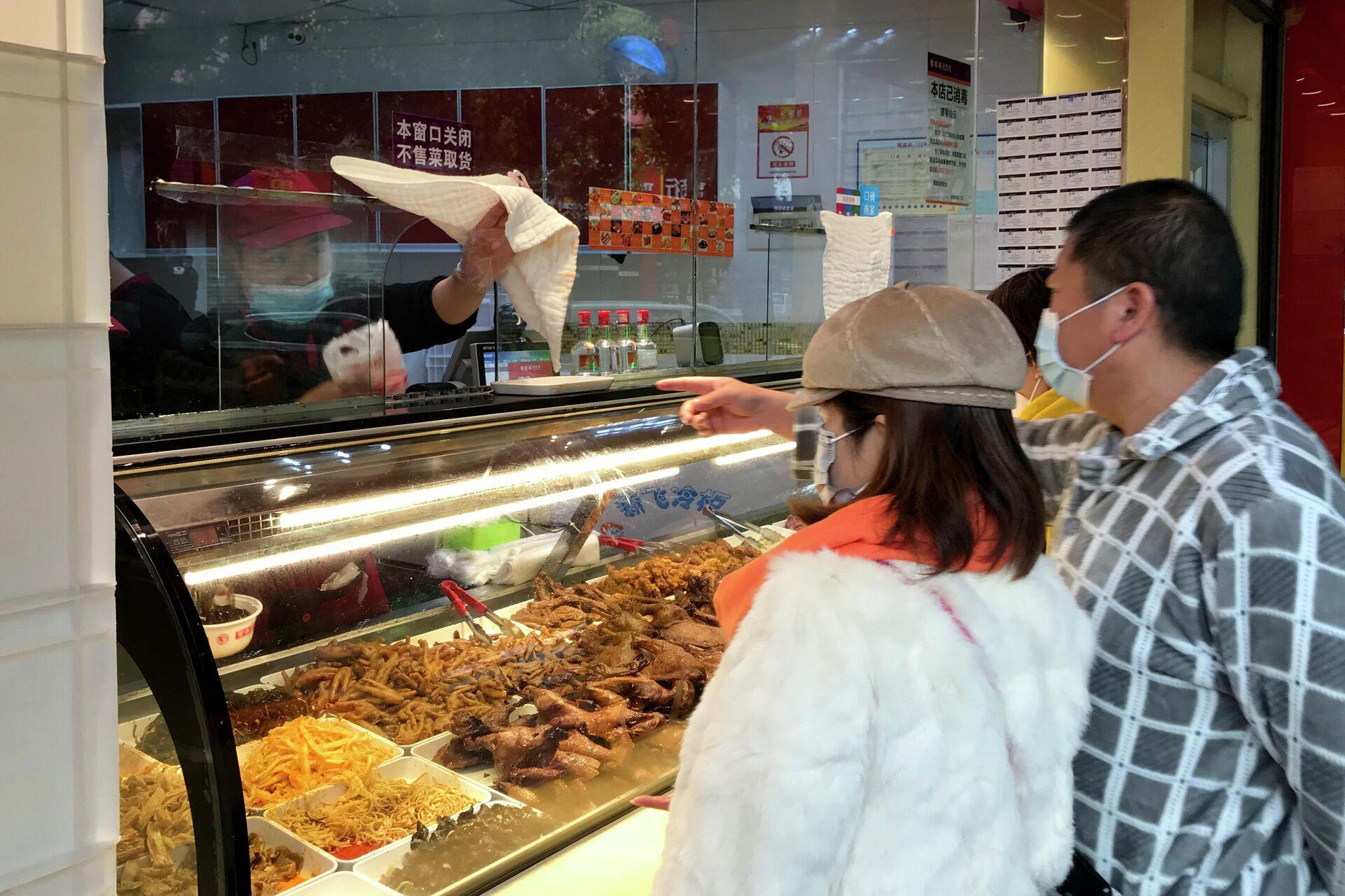 Местные жители покупают еду навынос в Ухани, КНР - РИА Новости, 1920, 23.10.2020