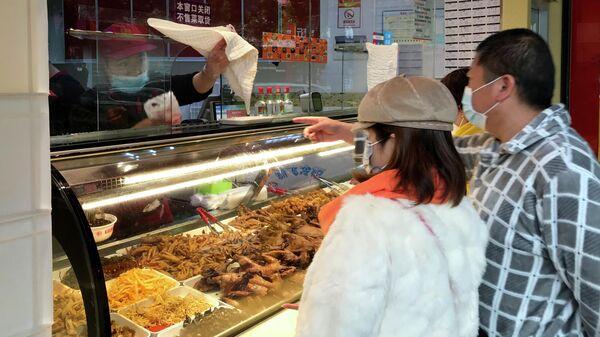 Местные жители покупают еду навынос в Ухани, КНР