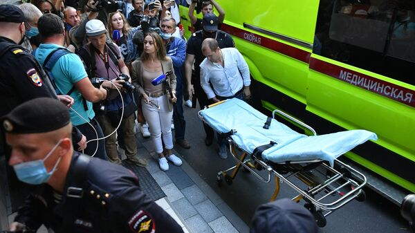 Медики выкатили носилки у здания Пресненского суда города Москвы, где должно пройти заседание по делу о ДТП со смертельным исходом