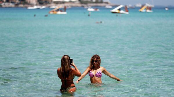 Девушки на пляже в Палермо, Италия