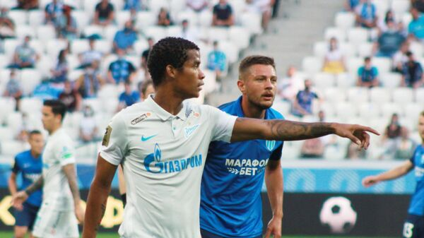 Игрок Зенита Вильмар Барриос (слева) и игрок Ротора Олег Алейник
