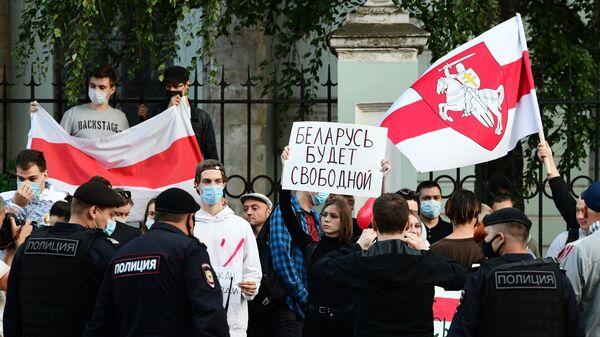 Люди и сотрудники полиции у посольства Белоруссии в Москве